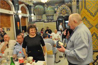 Александр Калантырский награждает Элеонору Гройсман памятной медалью к 30-летию ликвидации аварии на ЧАЭС